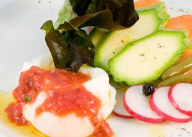 Salata de legume cu oua ochiuri